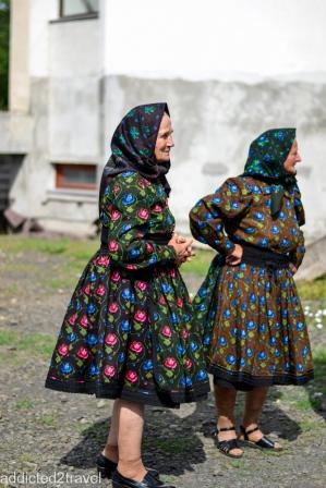 Certeze. Kobiety w tradycyjnych ciemnych spódnicachw kwiaty.