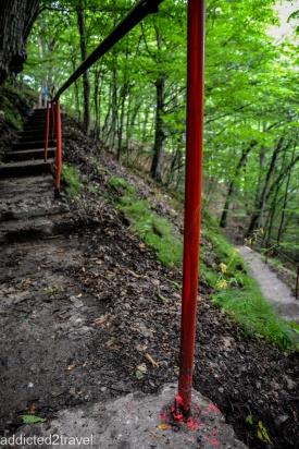 ciekawe dlaczego barierki są pomalowane na czerwono? Czyżby tu Wlad Palownik nabijał na pale swoje ofiary?