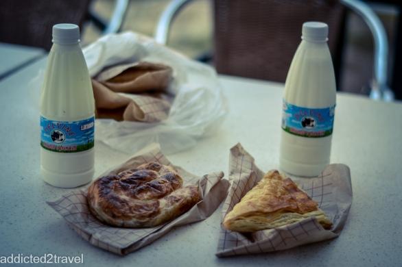 byrek z mięsem, byrek z serem i jogurt naturalny - najlepszy zestaw śniadaniowy