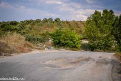 W Albanii można wyróżnić dziury wklęsłe i wypukłe
