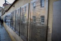 treść konstytucji na murach miasta